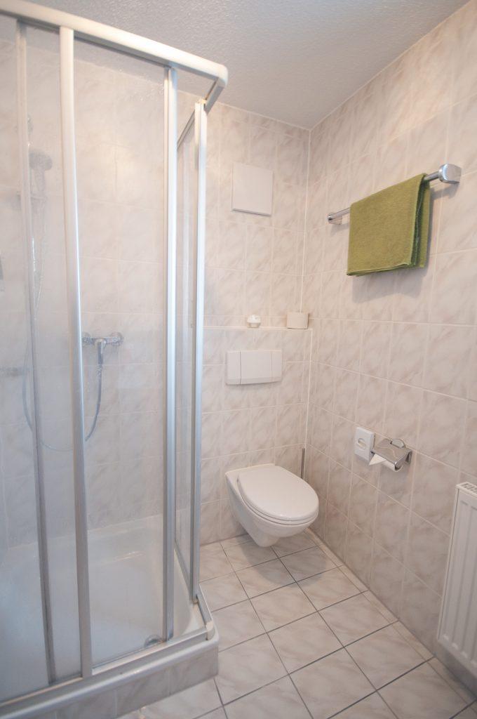 Bad mit Dusche, Waschbecken & WC